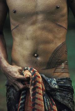 Ung man på Samoa tatueras